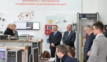 Zwiedzanie laboratorium Elektronicznych Systemów Bezpieczeństwa, wybrane stanowiska prezentuje dr hab. inż. J. Paś, prof. WAT – Kierownik Zakładu Instytutu Systemów Elektronicznych.