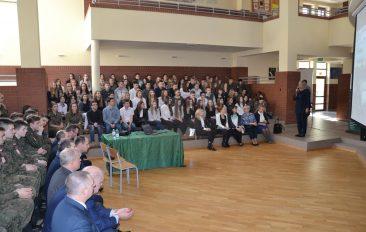 Powitanie delegacji WAT i zaproszonych gości przez Dyrektor Zespołu Szkół w Pilicy Annę Woźniczko